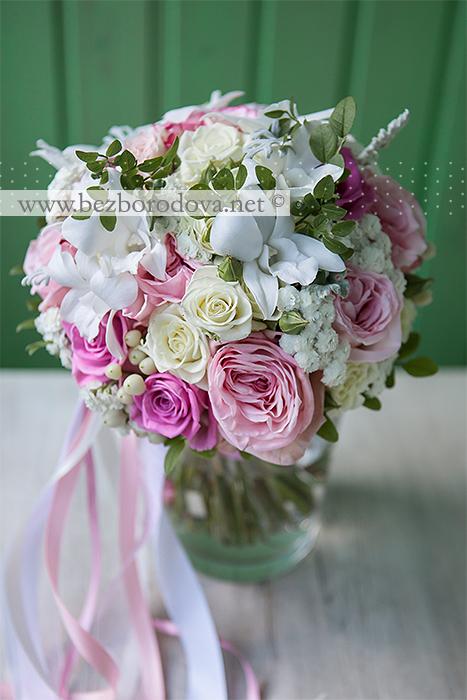Классический бело-розовый букет невесты из орхидей дендробиум с пионовидными розами и ягодами гиперикума