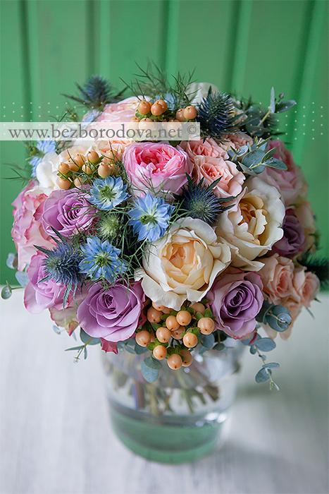 Летний свадебный букет из пионовидных роз с персиковыми ягодами гиперукама, голубой нигеллой, синими эрингиумами и сиреневыми розами