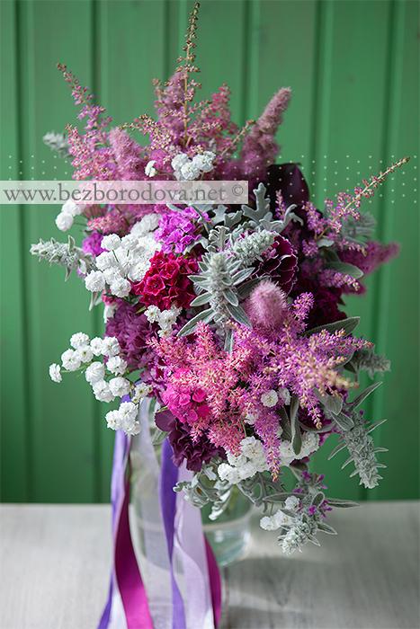 Свадебный букет свободной формы цвета марсала, с розовой астильбой, серой зеленью стахиса и белой ахиллеей птармика