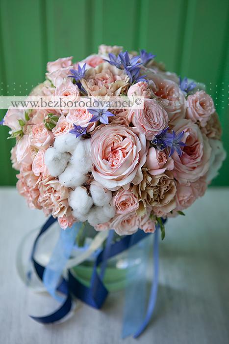 Нежный персиковый букет невесты из пионовидных роз, гвоздики карамельного цвета с хлопком и синей бродеей