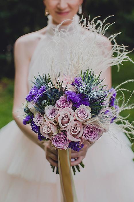 Букет невесты из сиреневых роз с ковылем, синими эрингиумами, фиолетовой статицей и пудровыми розами
