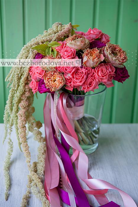 Коралловый свадебный букет свободной формы из кустовых роз, зеленого амаранта и персиковой розы сорта коперфильд