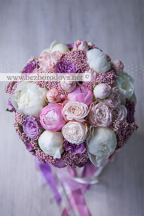 Розовый свадебный букет из пионовидных роз, озотамнуса, с белыми пионами сорта дюшес и сиреневыми розами