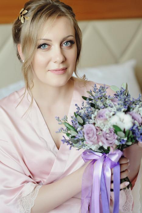 Сиреневый букет невесты в стиле прованс с лавандой, листьями оливы, хлопком и сиреневыми розами