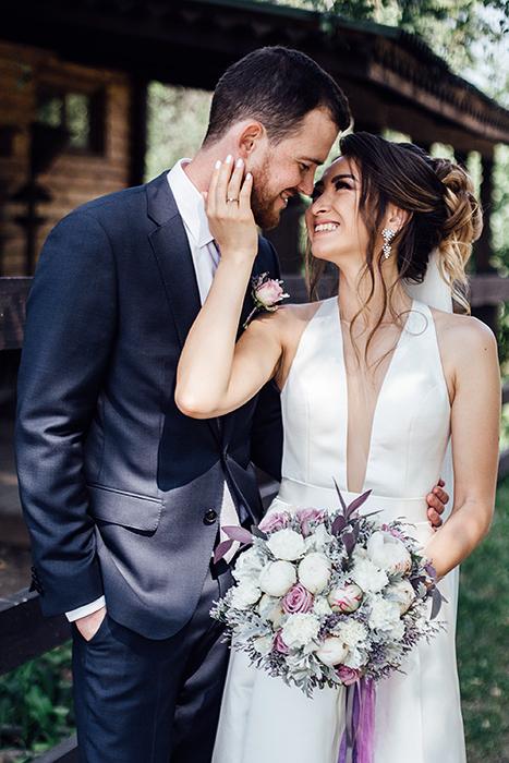 Нежный букет невесты из белых пионов с сиреневыми розами и серой зеленью