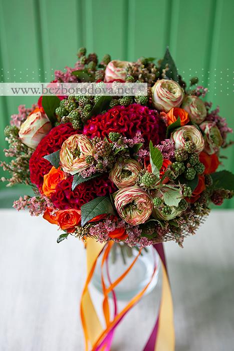 Яркий малиновый букет невесты с пионовидными розами и ягодами ежевики