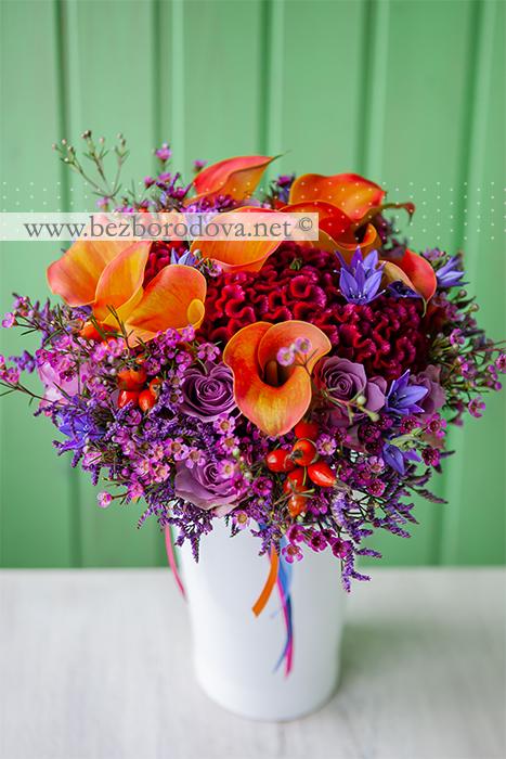 Яркий осенний букет невесты из оранжевых калл, малиновой целозии с сиреневыми розами и синей бродеей