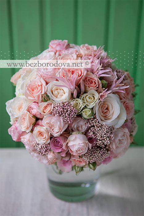 Нежный свадебный букет из кремовых и персиковых пионовидных роз