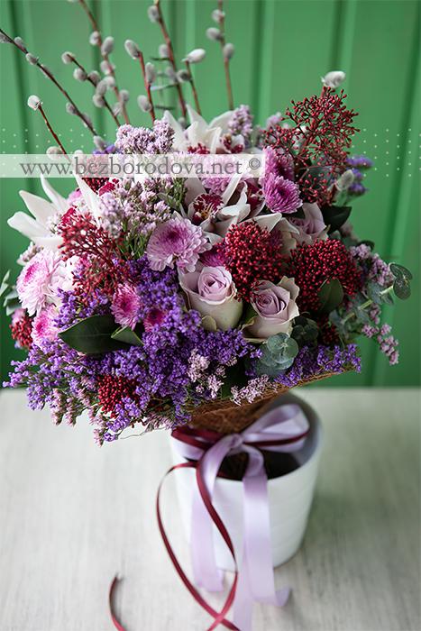 Подарочный букет из белых орхидей цимбидиум и сиреневых хризантем и роз в азиатском стиле