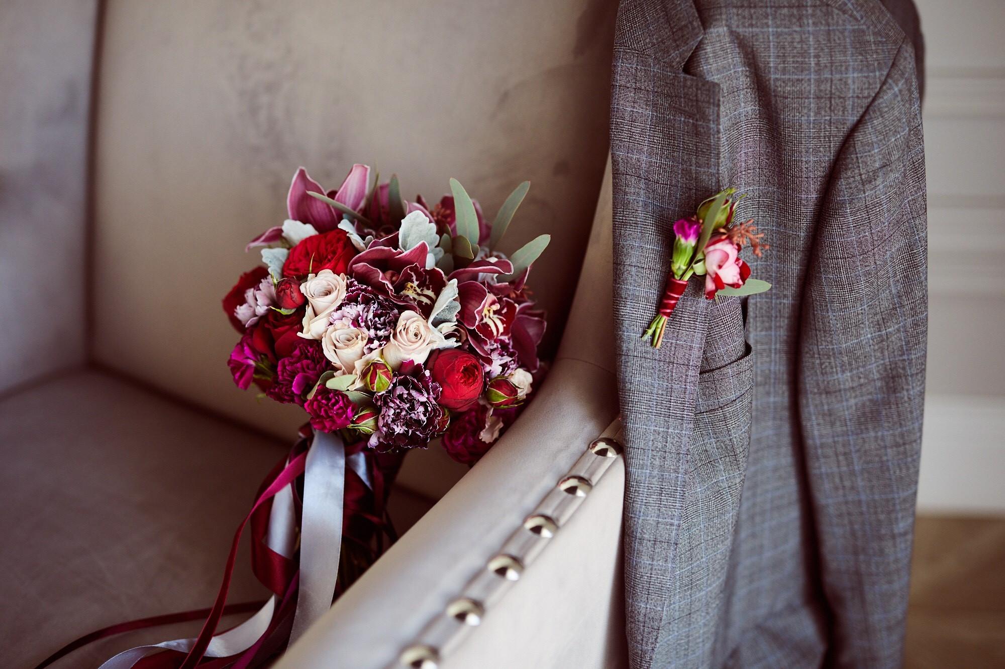 Букет цвета марсала из орхидей цимбидиум и пионовидных роз с серой зеленью