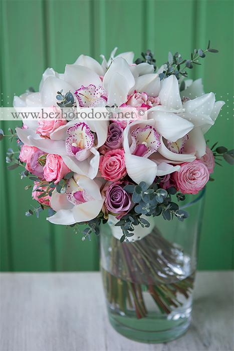 Нежный свадебный букет из белых орхидей цимбидиум с розовыми пионовидными розами и серой зеленью