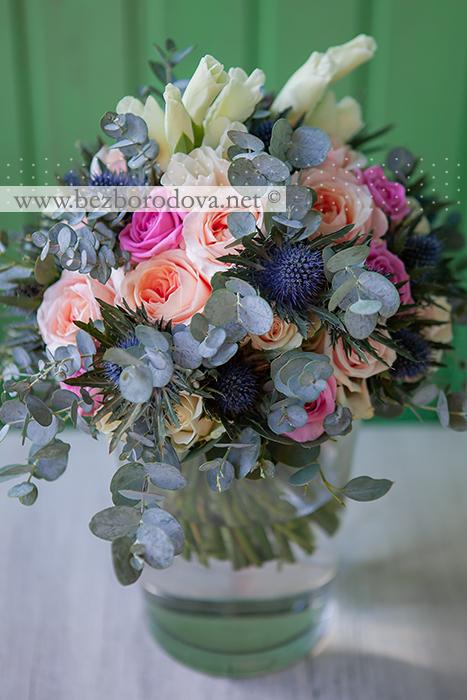 Свадебный букет из персиковых пионовидных роз с мятной зеленью, суккулентом и синими эрингиумами