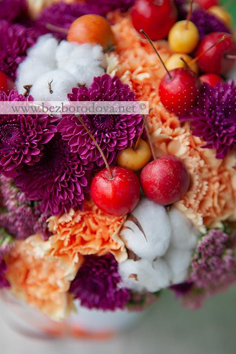 Осенний свадебный букет с яблоками и хлопком