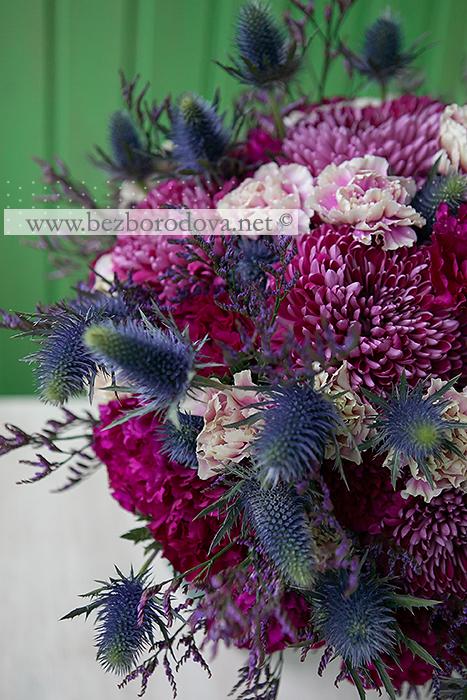 Осенний букет из винных хризантем с малиновыми гвоздиками и синими эрингиумами