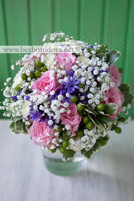 Нежный розовый букет невесты из пионовидных роз с гипсофилой, синим агапантусом и зелеными ягодами