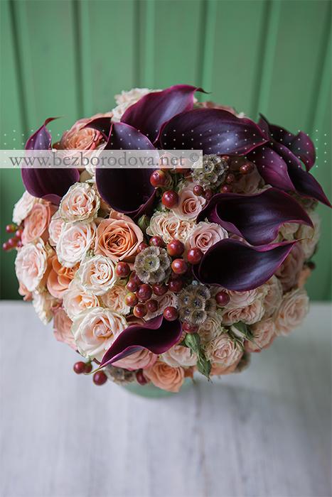 Кремовый свадебный букет из роз с каллами цвета марсала и коричневыми ягодами