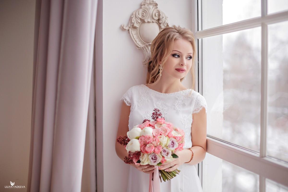 Зимний свадебный букет из пионовидных роз с пионами и бордовой скиммией