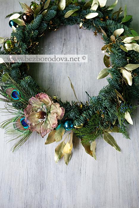 Новогодний венок из живой ели с золотым эвкалиптом и перьями павлина