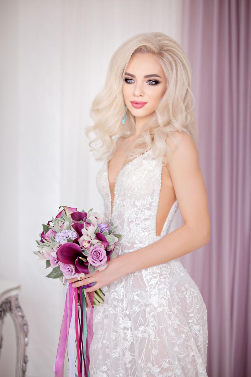 Весенний свадебный букет из белых орхидей с каллами цвета марсала, сиреневыми розами и серой зеленью