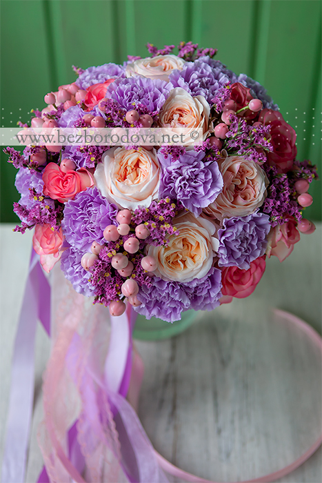 Яркий букет невесты из персиковых пионовидных роз, с ягодами гиперикума и сиреневой гвоздикой