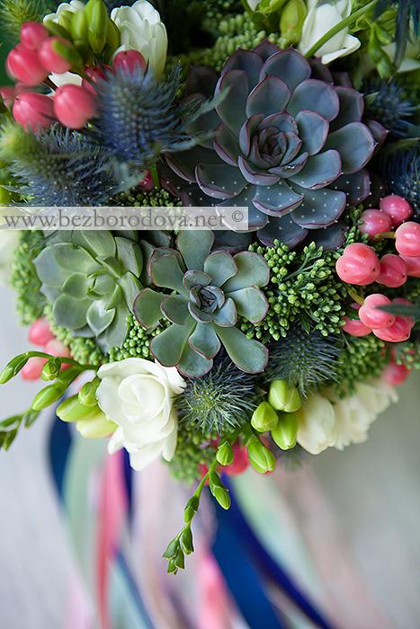 Мятный букет с суккулентами, фрезией, коралловыми ягодами гиперикума и синим эрингиумом