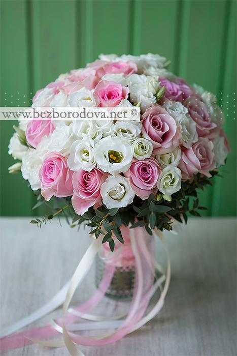 Белый букет невесты из эустомы с розовыми розами