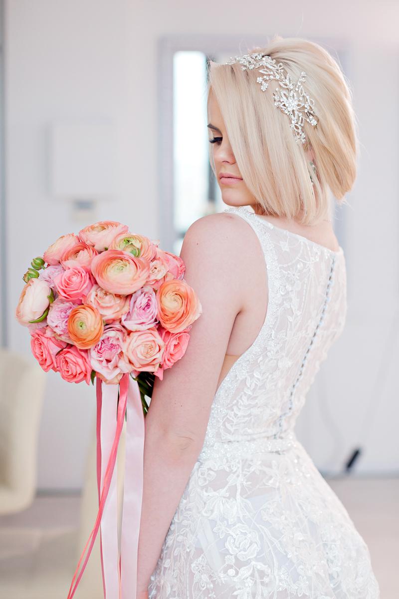 Персиковый свадебный букет из ранункулюсов и розовых пионовидных роз
