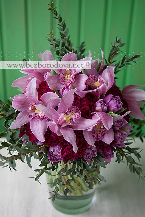 Подарочный букет из розовых орхидей цимбидиум, тюльпанов и малиновой гвоздики