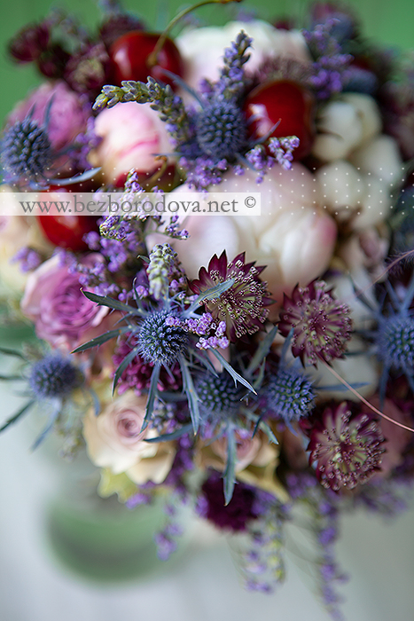 Сиреневый букет из пионов и  пионовидных роз с черешней, хлопком, лавандой и синими эрингиумами