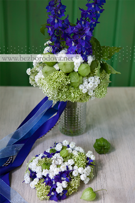 Флористическая подушечка для колец из зеленой гортензии, белой ахиллеи и синего дельфиниума